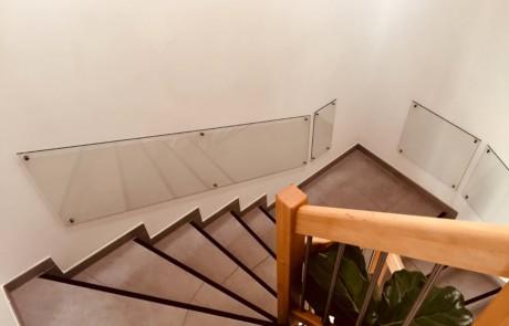 Verglasung der Treppenwand