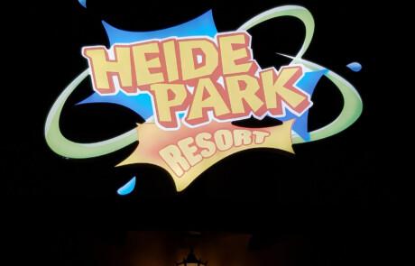Eingangs Schild LED Heide Park Resort bei Nacht