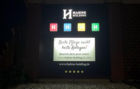 Leuchtanlage aus Celle für die Hahne Holding bei Nacht